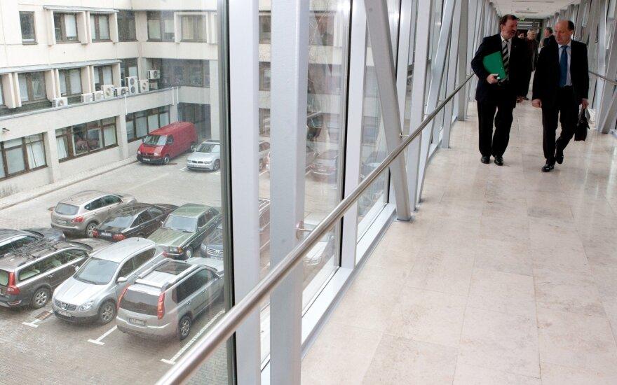 Seimo kanceliarija parduoda 16 automobilių