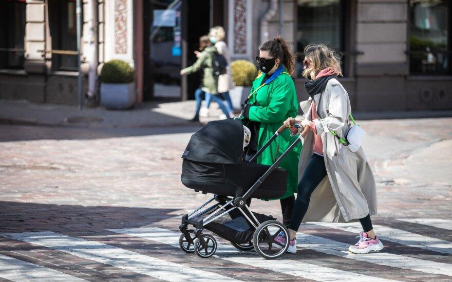 Ruošiami pokyčiai Lietuvos šeimoms: mokamos vaiko priežiūros atostogos trumpėtų visoms mamoms