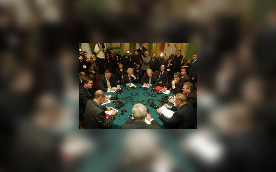 Derybų Ukrainoje dalyviai prie apskrito stalo