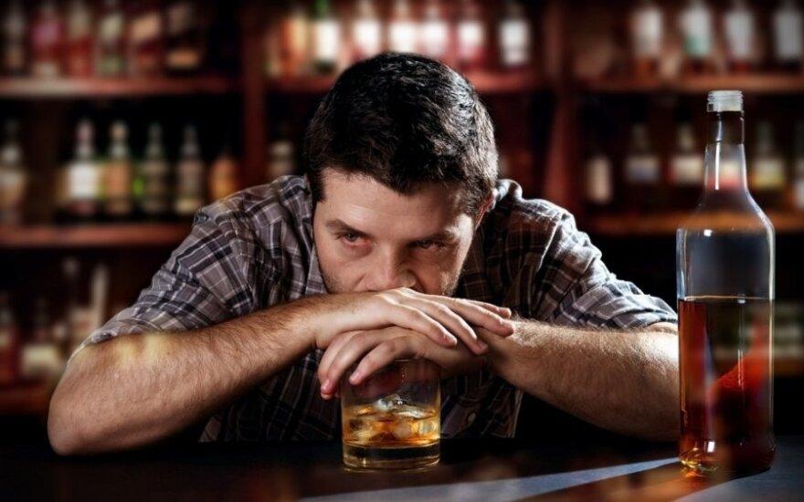 Vyro išpažintis: esu alkoholikas, ar turėčiau mesti merginą, kad ji nekentėtų?