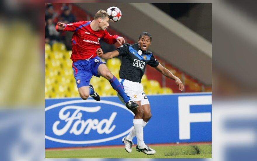 """Aleksejus Berezuckis (CSKA) kovoja su  Luis Antonio Valencia (""""Man. United"""")"""