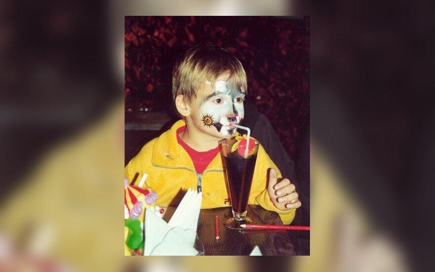vaikas švenčia Helovyną