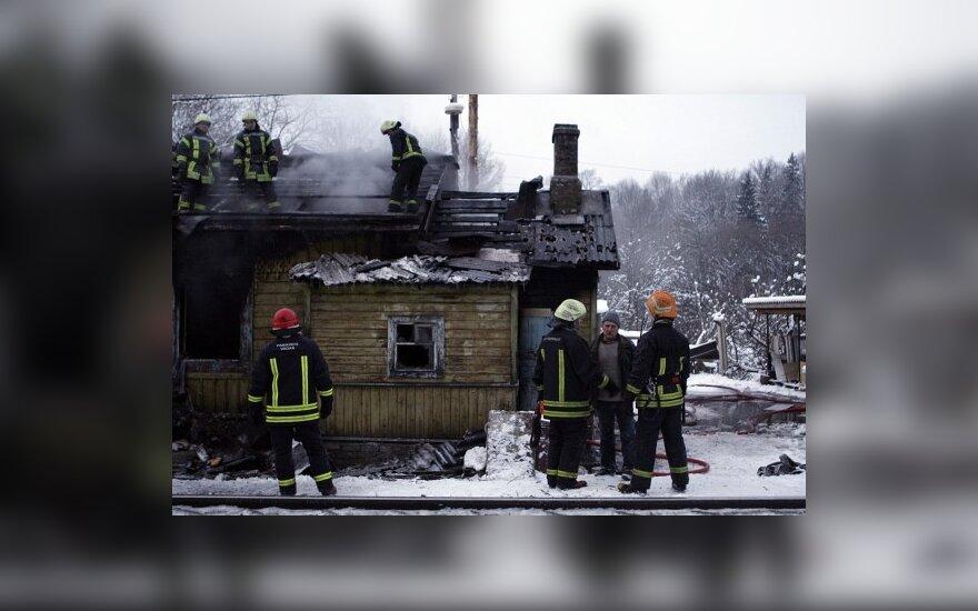 Vilniuje dėl prie geležinkelio degančio namo buvo sustabdytas traukinių eismas
