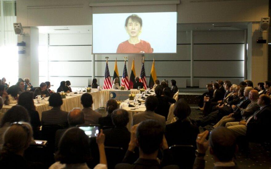 Hillary Clinton dalyvauja pirmoje darbo grupės sesijoje dėl žmogaus teisių ir demokratijos stiprinimo bei strateginio dialogo su pilietine visuomene Radisson Blu viešbutyje
