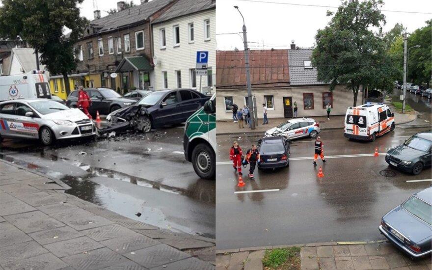 Kaune į avariją pateko mokomasis automobilis: į ligoninę išgabenti du vyrai