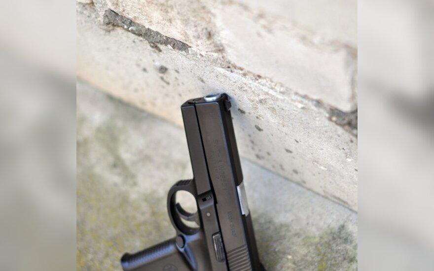 Girtutėlis panevėžietis į pravažiuojantį automobilį metė pistoletą
