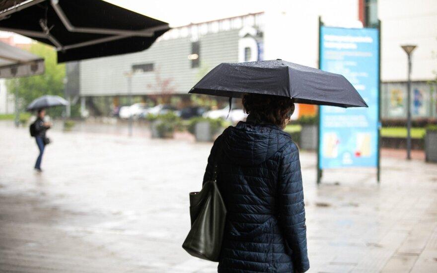 Šiltas pavasaris kol kas traukiasi: laukia smarkūs lietūs, vietomis sugriaudės perkūnijos
