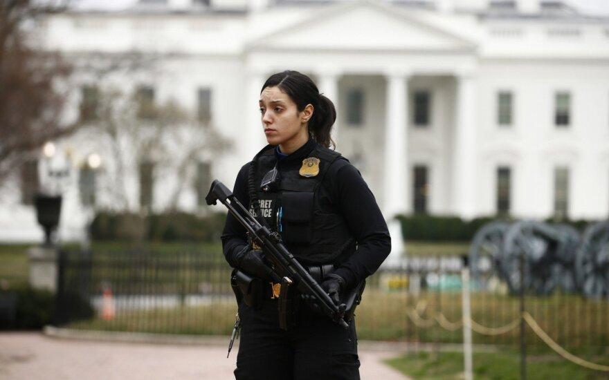 Į saugumo barjerą atsitrenkus automobiliui Baltieji rūmai valandą buvo uždaryti