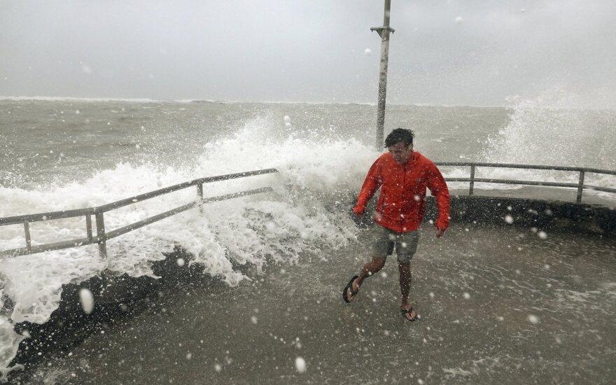"""""""Dorian"""" aukų Bahamose padaugėjo iki 7, uraganas slenka palei JAV pakrantę"""