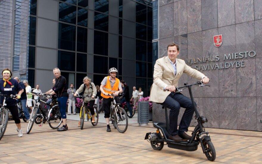 Artūras Zuokas pristatė elektrinius dviračius