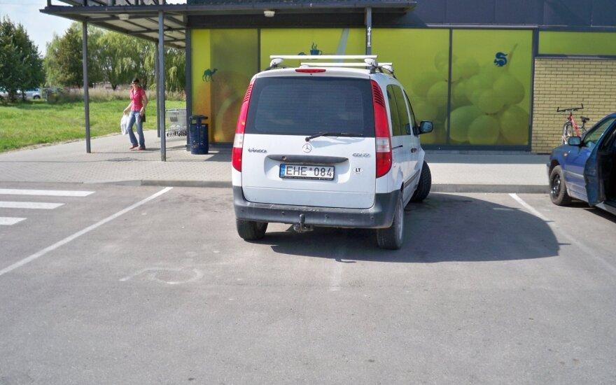 Automobilis užėmė neįgaliųjų transportui skirtą vietą