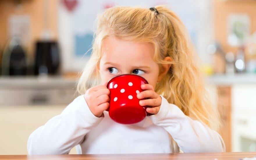 Dažna tėvų klaida: specialistė pasakė, kiek vaikai turi išgerti vandens ir ar galima jį keisti kitais skysčiais