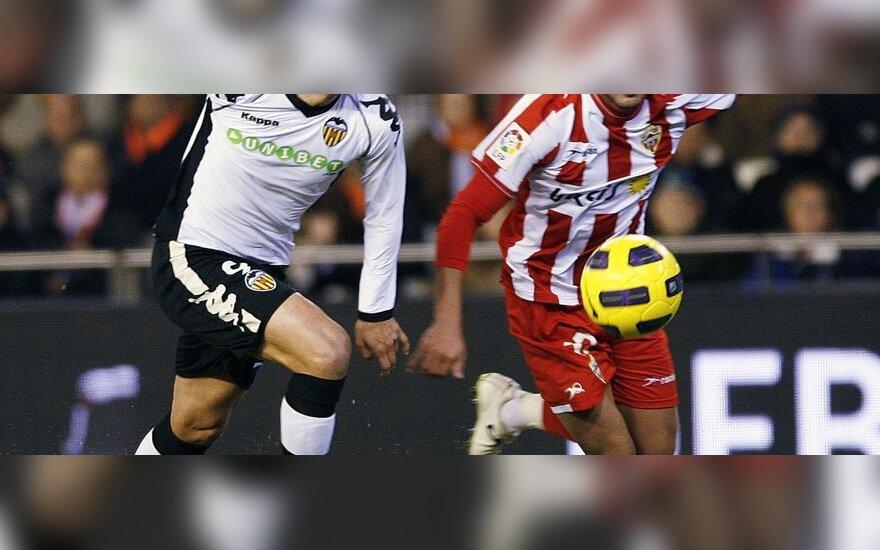 """Roberto Soldado (""""Valencia"""", kairėje) kovoja su Jose Ortizu (""""Almeria"""")"""