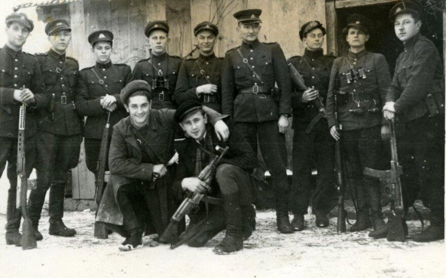 Juozas Lukša-Daumantas ir Kazimieras Pyplys-Audronis (pirmoje eilėje priklaupę) prieš žygį į Vakarus atsisveikina su Tauro apygardos partizanais. 1947 m. gruodžio 16 d. (Genocido aukų muziejaus nuotr.)