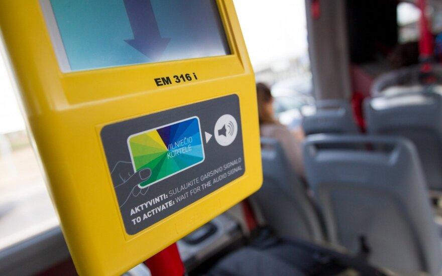 Viešajame transporte dėmesį patraukė besisukanti reklama: ką tuo norėjo pasakyti?