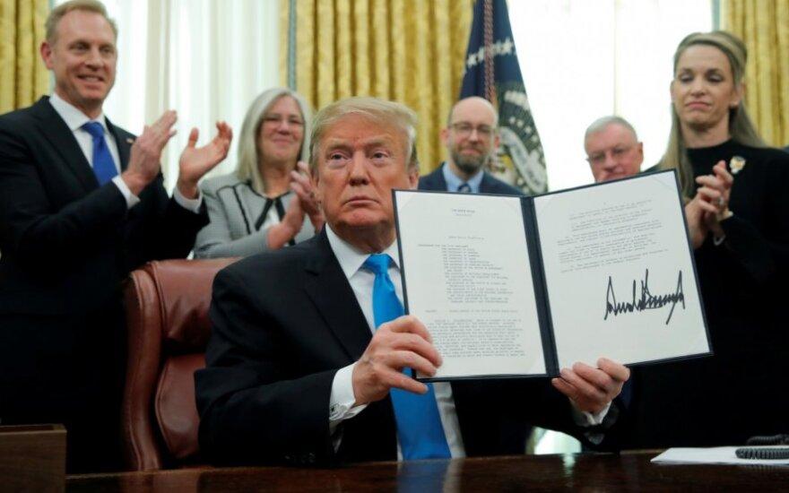 Donaldas Trumpas pasirašo įsakymą dėl Kosmoso pajėgų įkūrimo