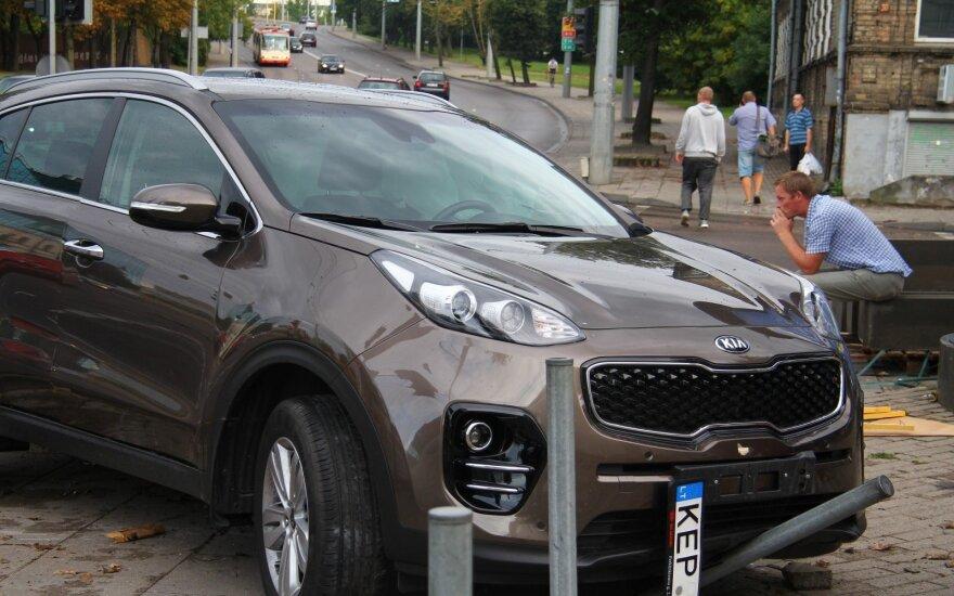 Vilniuje neblaivus BMW vairuotojas taranavo merginos vairuojama automobilį