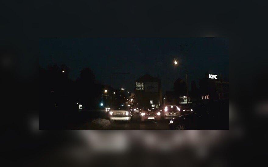 Ankstyvą rytą skaitytojas nufilmavo trijų automobilių susidūrimą