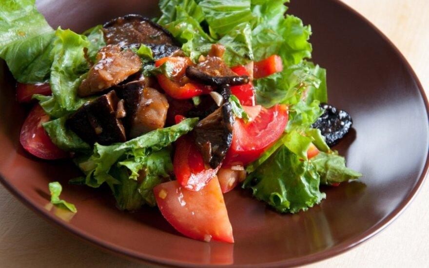 Karštos grybų salotos su riešutais ir sūriu