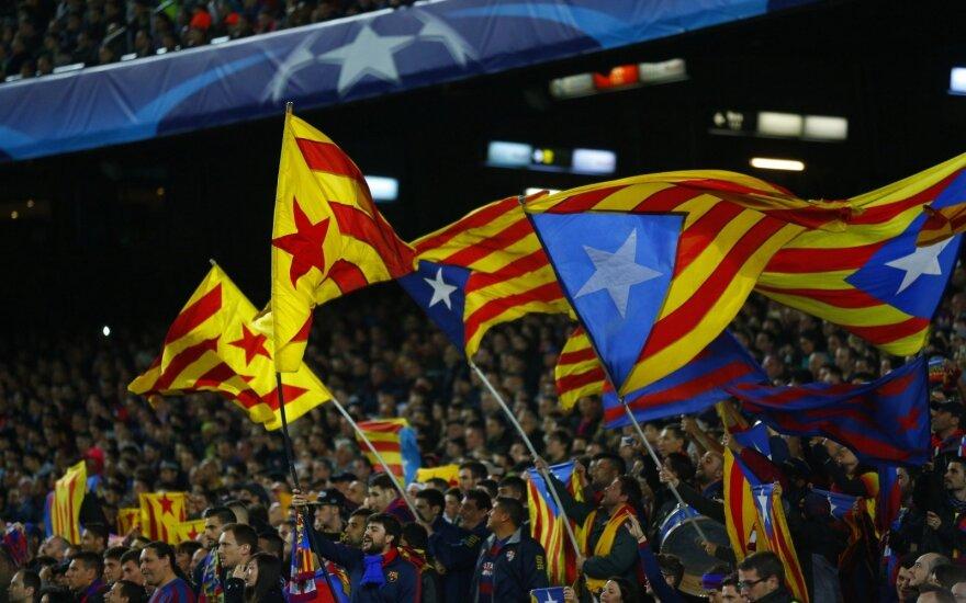 "Estelada vėliavos ""Barcelona"" klubo fanų rankose"