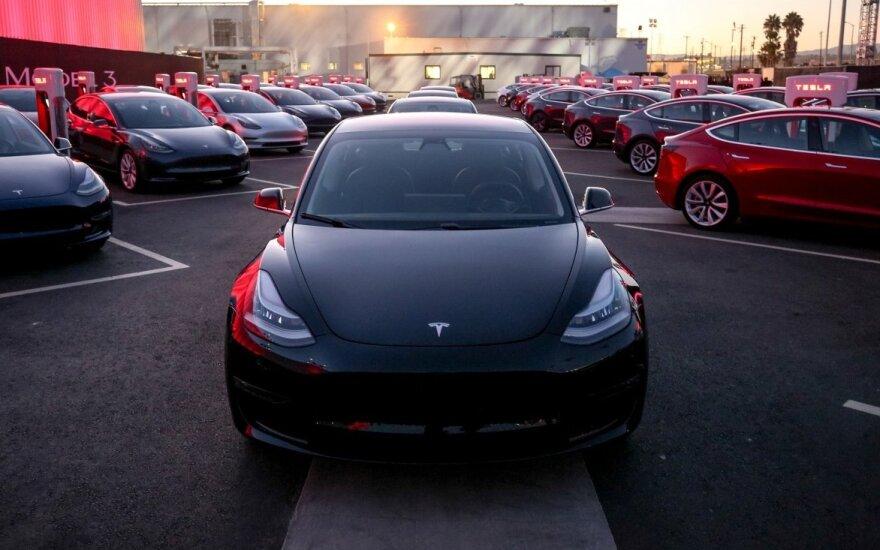 """Europa išėjo iš proto dėl """"Teslų"""": """"Model 3"""" užsisakė tiek, kad nežinia, kaip spėti juos pristatyti"""