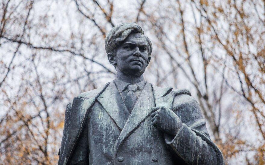 Komisija siūlo nukelti Petro Cvirkos paminklą Vilniaus centre