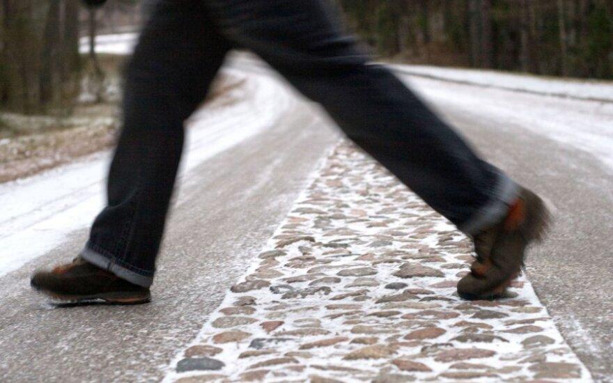 Naktį eismo sąlygas sunkins plikledis ir lijundra, perspėja kelininkai