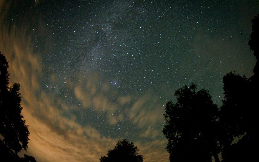 Orai: ko tikėtis besideginantiems ir laukiantiems krintančių žvaigždžių