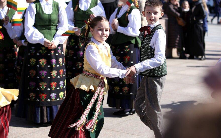 """VRK imasi """"valstiečių"""" tautinių kostiumų darželinukams: spręs dėl kreipimosi į prokuratūrą ir VMI"""