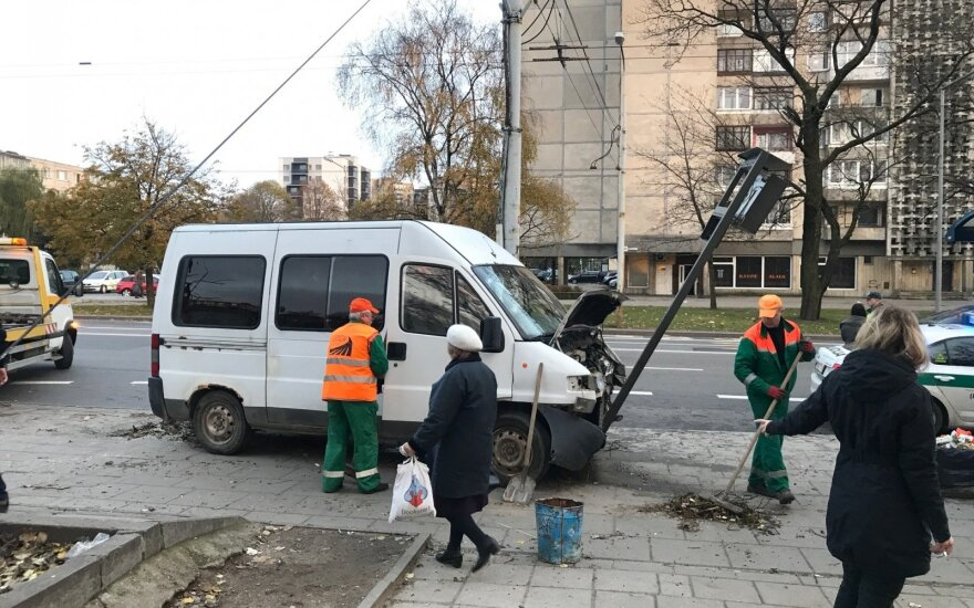 Vilniuje mikroautobusas stotelėje partrenkė moterį