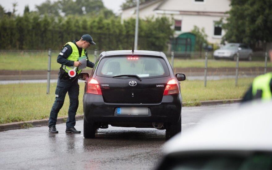 Klaipėdos pareigūnai baudė KET pažeidėjus: mopedo vairuotojui teko susimokėti ir už turėtą kontrabandą