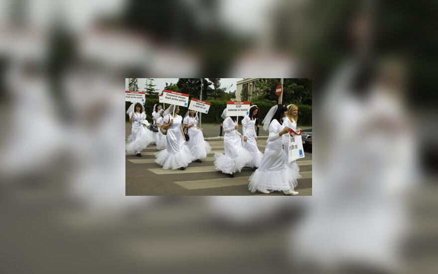 Rumunijoje moterys vestuviniais drabužiais protestuoja prieš smurtą šeimoje