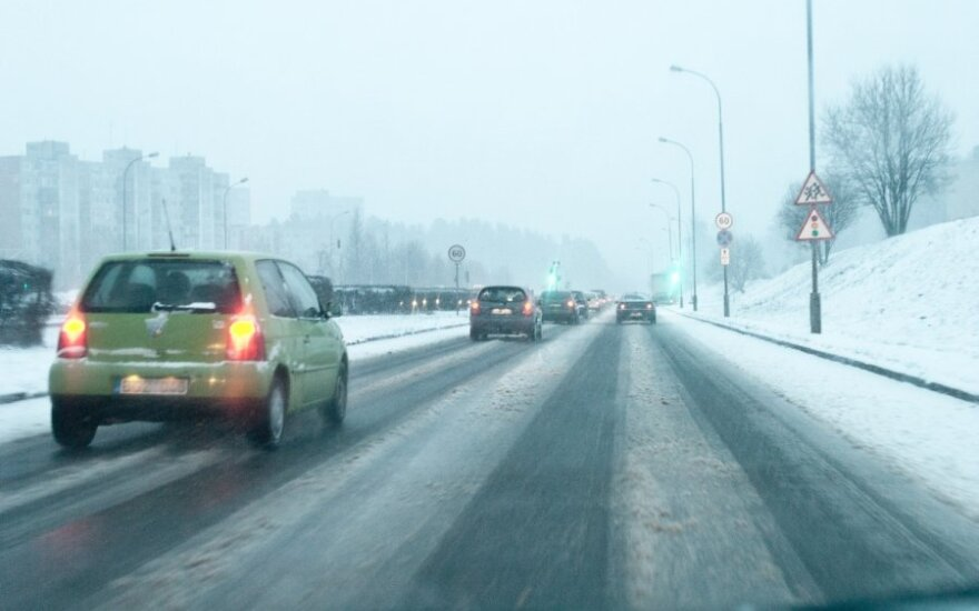 Eismo sąlygos dėl sniego ir plikledžio - sudėtingos