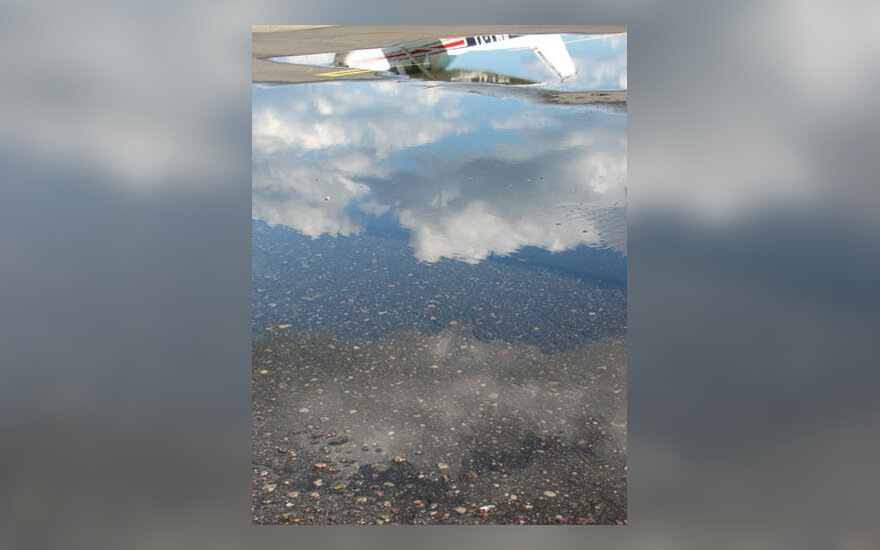 Lėktuvo atspindys, bala, dangus, debesys