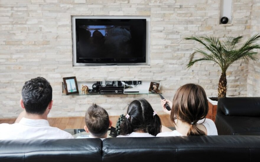 Per šventes – badas per televizorių