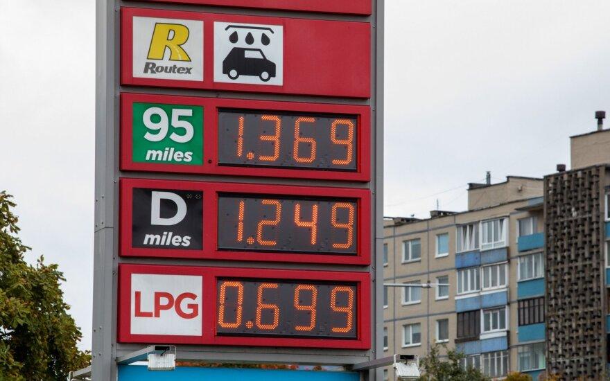 Ketina užprogramuoti kasmetinį degalų kainų augimą: dyzelinių automobilių laukia dvigubas smūgis