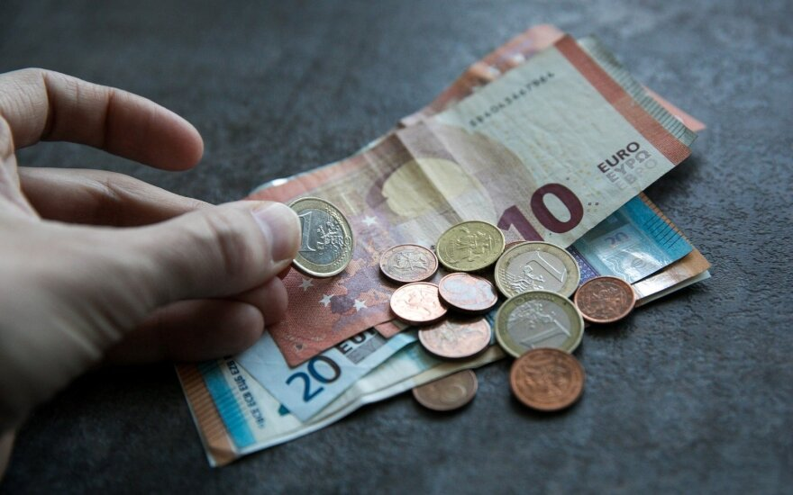 Ministry proposes to raise Lithuania's minimum wage to EUR 430