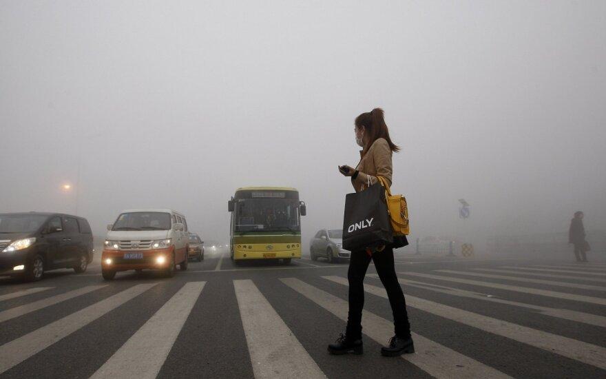Kinijos automobilių rinka traukiasi trečią mėnesį iš eilės
