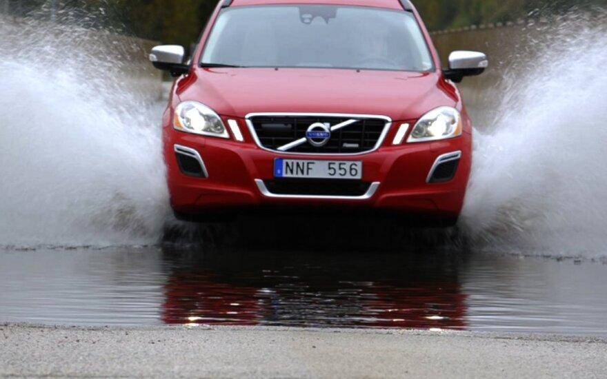 Priminė, kokias pagrindines klaidas daro vairuotojai važiuodami šlapia kelio danga