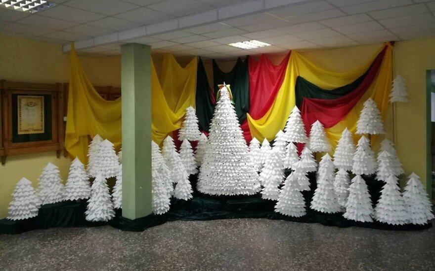 Viekšnių gimnazijos bendruomenė dovanoja šimtą eglučių Lietuvai
