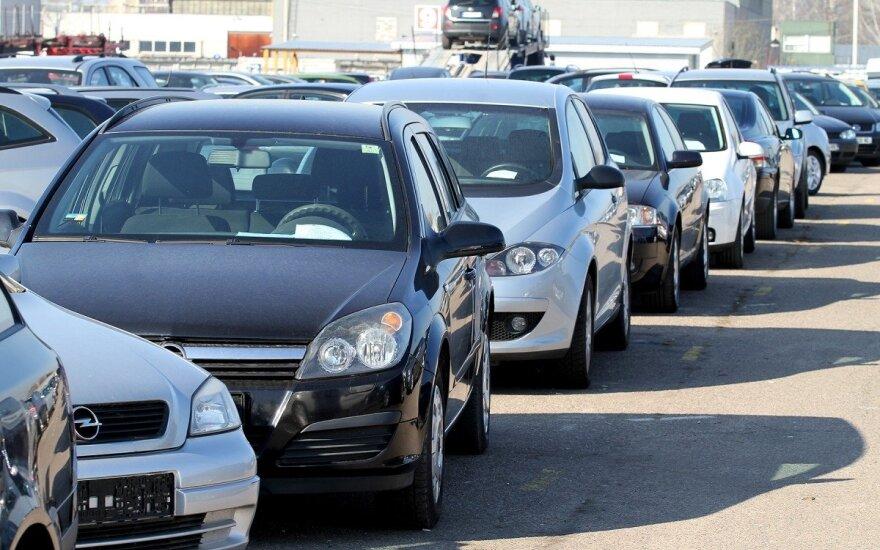 """Naudotų mašinų rinka traukėsi: lietuviai vaikėsi """"Volkswagen"""", BMW ir """"Opel"""", bet vangiau"""