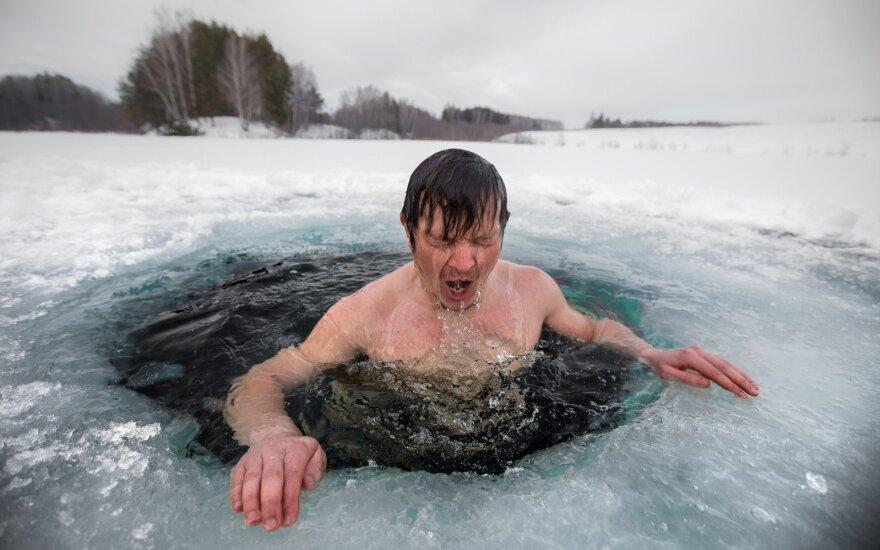 Būdas greitai numirti ar sveikatos šaltinis: ką specialistai sako apie maudynes šaltame vandenyje