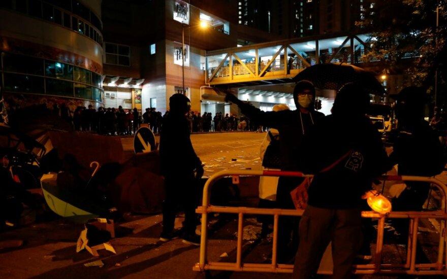 Siūlomas Honkongo karantino kompleksas per protestą apmėtytas padegamosiomis bombomis
