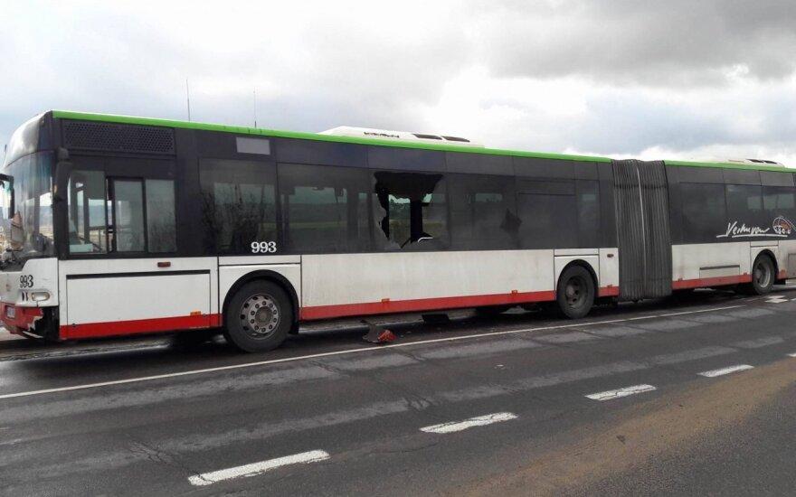 Eismo įvykio metu metalinis stulpas pervėrė autobuso langą
