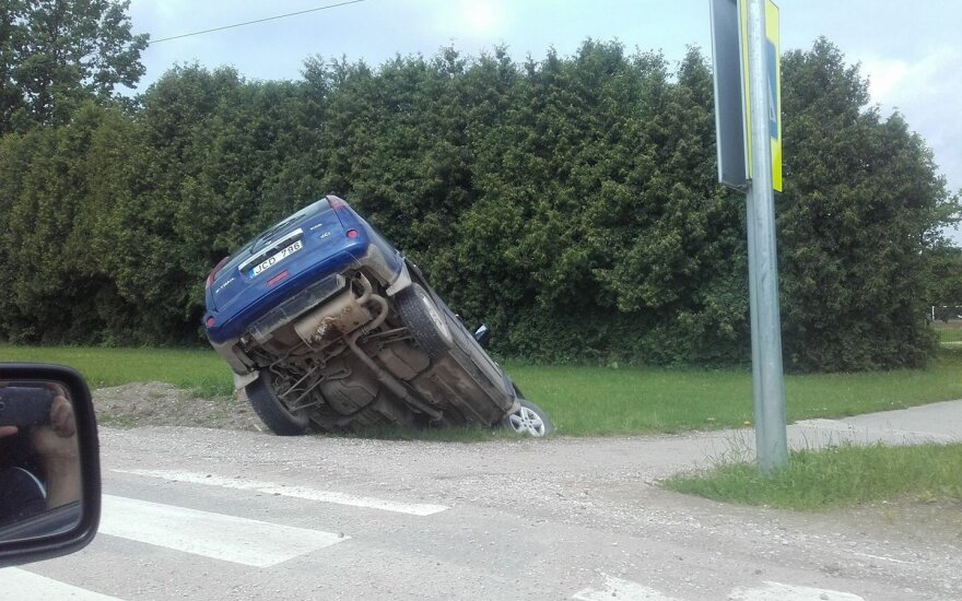 Girtos moters vairuojamas automobilis pakibo griovyje