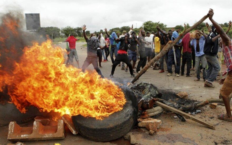 Protestai Zimbabvėje dėl degalų kainų