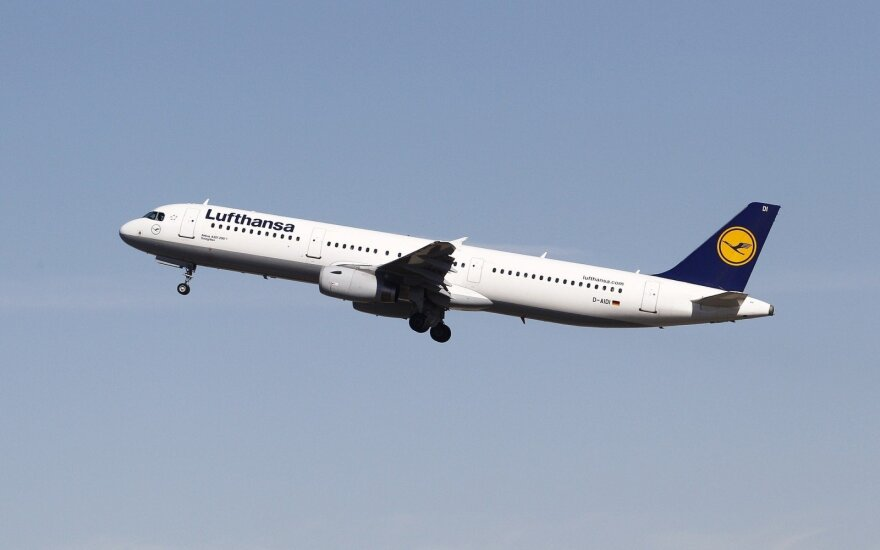 """""""Lufthansa"""" dėl įvestų apribojimų atšaukia visus skrydžius į Izraelį"""