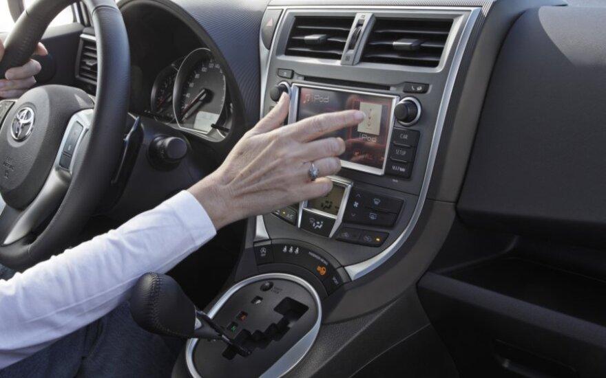 """""""Toyota"""" sukūrė navigacijos sistemą, kuri leis automobiliui bendrauti su kelio infrastruktūros davikliais"""