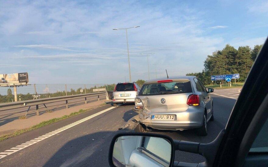 Susidūrus dviem automobiliams susidarė milžiniškos spūstys Kaunas–Vilnius kelyje