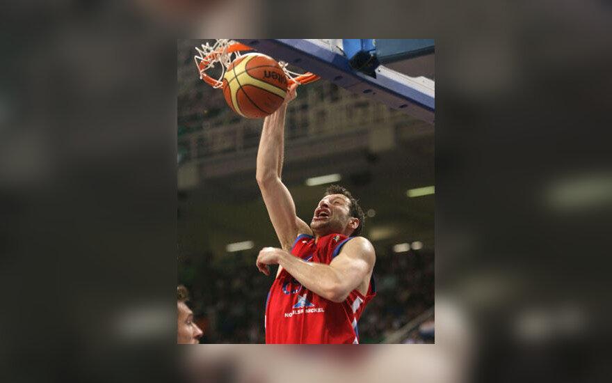 """Theodoros Papaloukas (CSKA) """"kala"""" kamuolį į krepšį"""